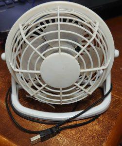 ダイソーの300円のUSB扇風機